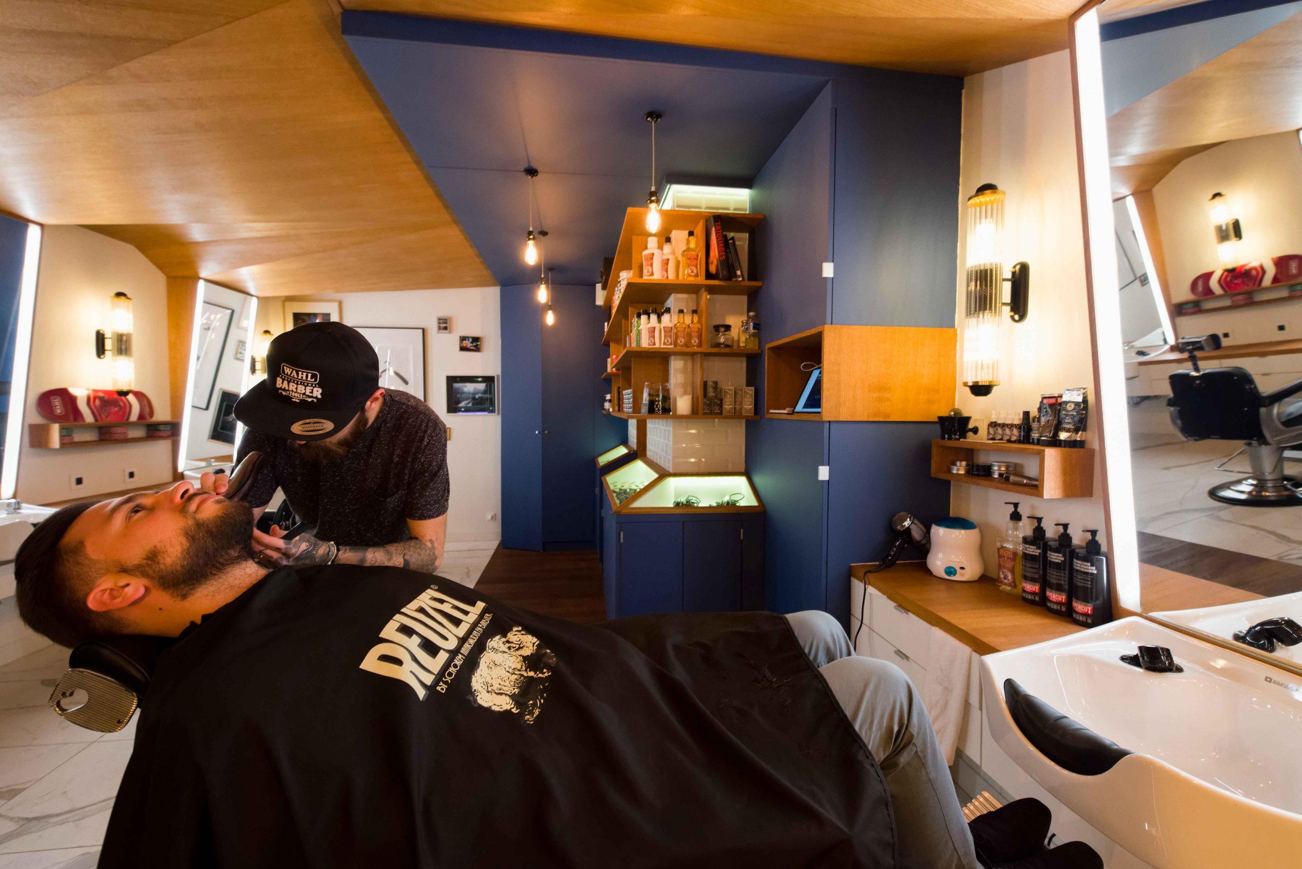 Barbier salon de coiffure Bordeaux La Crèmerie plafonds quentin